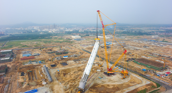 XCMG 4,000-ton crawler crane, the world's No.1 crane, operated for the first time in Yantai, China.