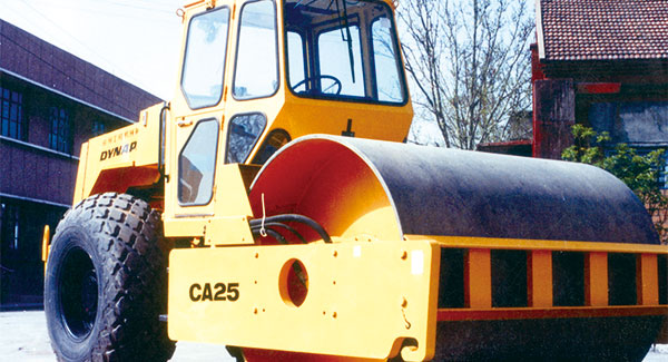 In 1982, XCMG developed China's first CA25 full hydraulic single-cylinder vibratory wheel roller.