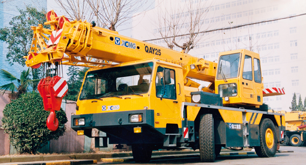 XCMG developed China's first QAY25 all-terrain crane with independent intellectual property rights.