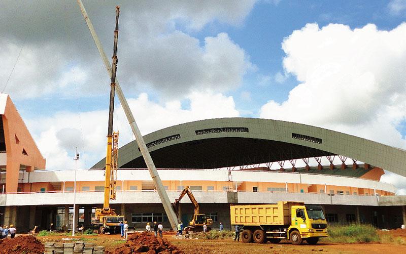 起重机在几内亚国家体育场施工
