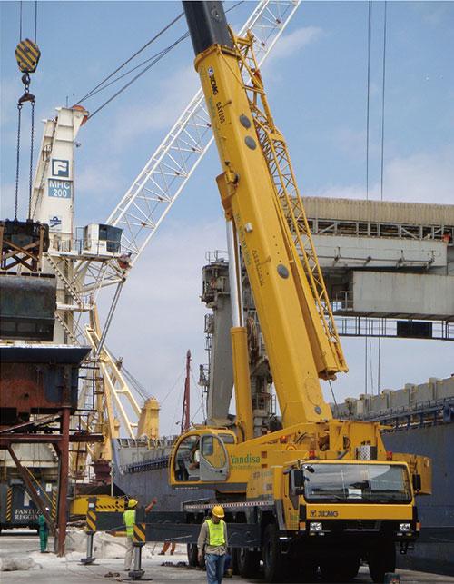 大吨位起重机在南非开普敦港施工