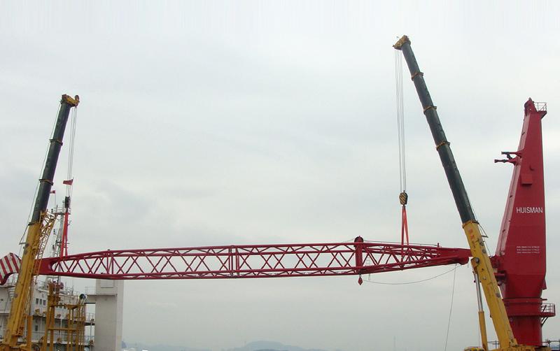 两台起重机在厦门港海上吊装作业