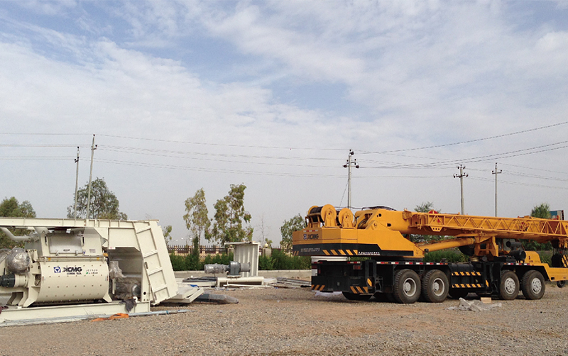 起重机在伊拉克库尔德地区埃尔比勒市施工