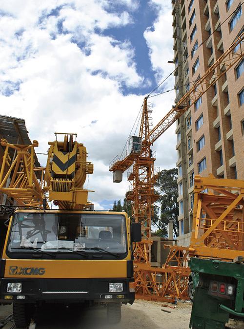 汽车起重机QY30K5-I在哥伦比亚施工