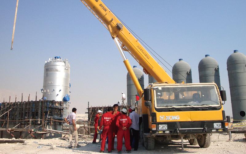 起重机在伊朗Aseluye油田施工