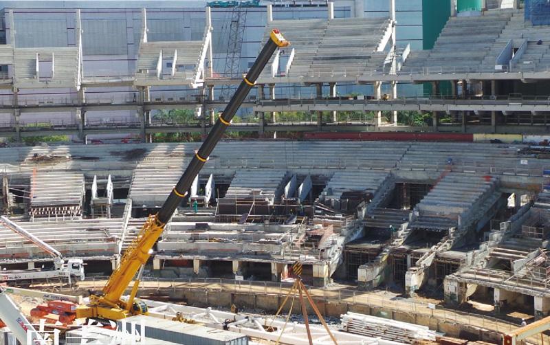 汽车起重机在巴西圣保罗参与世界杯足球场馆建设