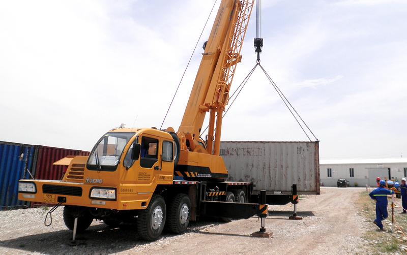 起重机在伊拉克库尔德地区吊装作业