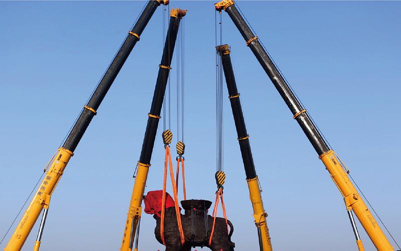 两台起重机助力国家沧州铁狮子显雄威