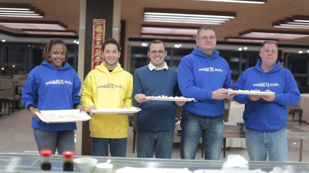 海外实习生展示包饺子成果