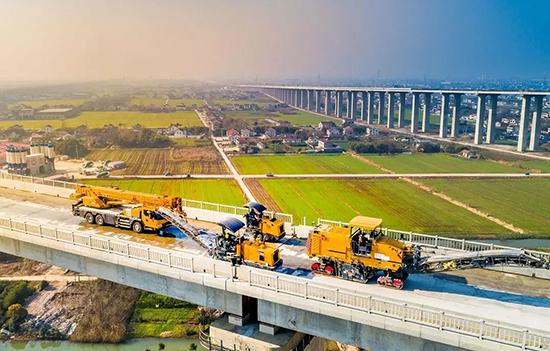 888大奖铣刨机组团助力世界首座、最大跨度公铁两用斜拉桥
