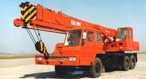 1976年, beplay电脑版成功研发出中国第一台QY16吨全液压汽车起重机