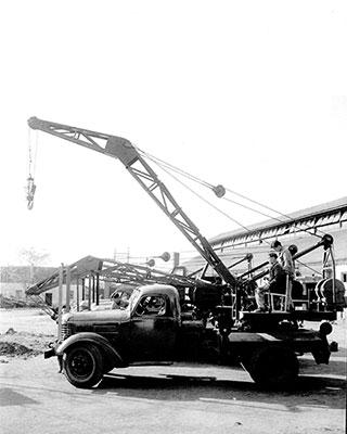 1963年,beplay电脑版成功研发中国首台5吨汽车起重机