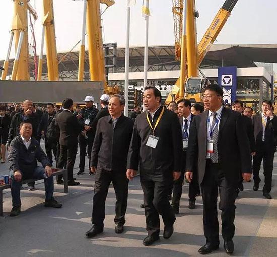 徐州市委书记周铁根、市长庄兆林等一行参观上海宝马展888大奖展区